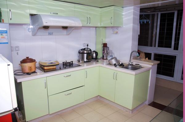 在居家厨房装修,厨房灶台颜色风水有何讲究?灶台颜色宜选择浅色,像乳白色、浅灰都可以;厨房灶台的颜色禁忌是红色,灶台本身属火,红色旺火,容易使家人健康受损,特别是女主人的健康。  厨房灶台颜色宜忌 厨房灶台颜色忌黑红二色在选择煮食炉时或在建设灶座时,有些颜色是不宜采用的,如红色。