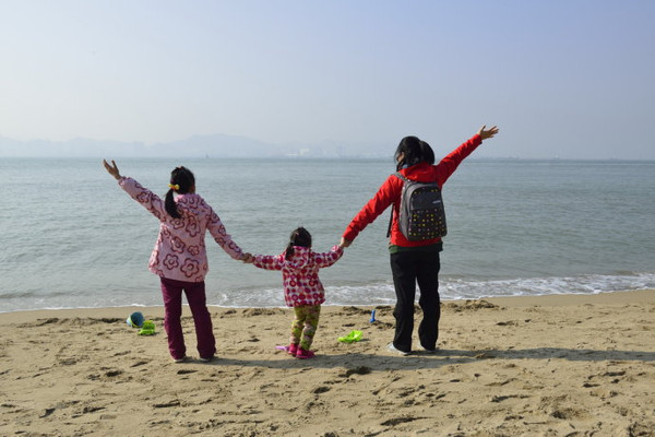 一家人在海边散步,喆爸去哪里呢?摄影师在拍照.