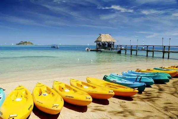 蓝天碧海,椰林入云,洁白的沙滩,形状奇特的珊瑚礁,色彩斑斓的鱼儿.